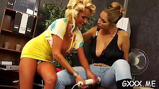 Morder playgirl leger med legetøj foran indsnævret kæreste