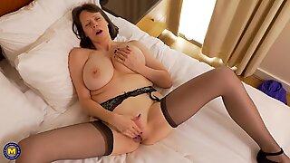 Moden Mor Tigger med enorme naturlige patter og fantastisk krop