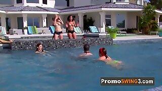 Američanky Swinger Sexy Dámy se dotýkají navzájem prsa v Předehře.