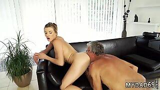 Gammel Mand Pige Første Gang Victoria og hendes kæreste var hos sin fars villa siden hun kunne lide at