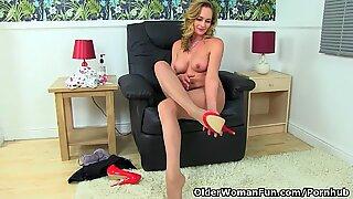 English cougar classy Eve peels off sheer pantyhose