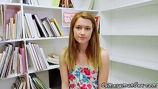 Flot teenager første personer synsvinkel gennemkneppet på et bibliotek