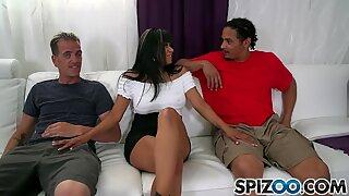 Spizoo - Gabby Quinteros er skruet af 2 yam-størrelse dillere, stor røv & store bryster
