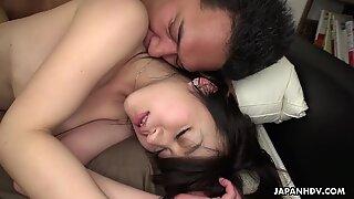 Brunette asiatisk tøs får hendes behåret kusse kneppet dybt