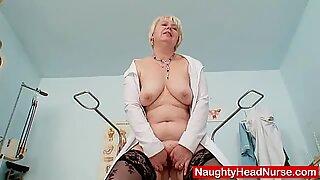 Store bryster ældre fru i uniform onanerer bu