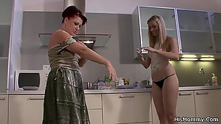 Dame / duer mumie due nar på køkkenet