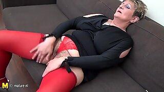 FRUK Husmor Gokke off på sofaen